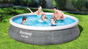 Familie spielt in edinem Bestway Pool